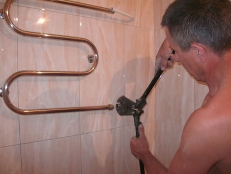 монтаж водяного полотенцесушителя