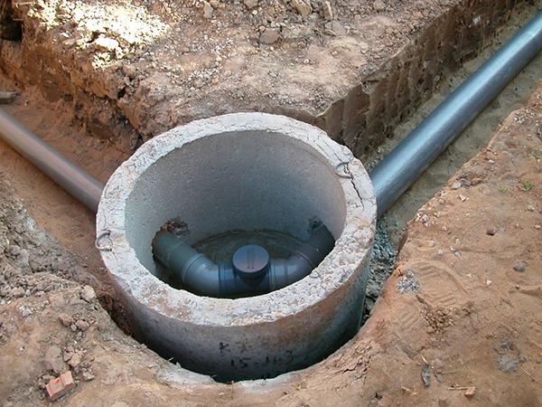 Поворотный канализационный колодец
